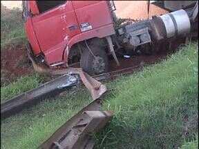 Caminhão bate em poste e deixa três bairros sem luz - Mais de cinco mil moradores de Cascavel foram afetados pela falta de energia.