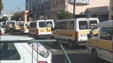 Motoristas de vans escolares de São Carlos, SP, fazem protesto pelas ruas da cidade - Motoristas de vans escolares de São Carlos, SP, fazem protesto pelas ruas da cidade.