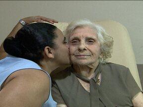 Idosa consegue vaga em abrigo após ter foto publicada na internet por engano - Leonora Amar Rousseau, de quase cem anos de vida, ficou internada no Rio de Janeiro durante cinco meses, e nenhum familiar foi encontrado pelo hospital.