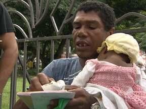 Conheça a história emocionante de dois homens em busca de entes queridos - Um procura pela filha, que não v6e há oito anos, enquanto o outro rocura pela mulher, que sumiu e o deixou com um bebê para cuidar.