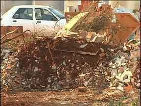 Entulho de construção no lugar errado - Empresas que recolhem entulhos depositam o material de maneira errada e devem se adequar.