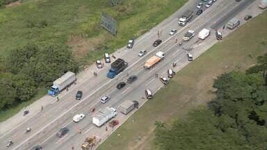 """Após engarrafamento quilométrico, trânsito é liberado na BR-232 - Congestionamento foi provocado por fiscalização de agentes da Polícia Rodoviária Federal nos dois sentidos da rodovia. Ação faz parte de um conjunto de manifestações dos policiais, que estão em """"estado de greve""""."""