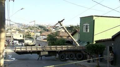 Carroceria se desprende de carreta e invade salão de beleza em BH - Acidente aconteceu na Região Nordeste da capital