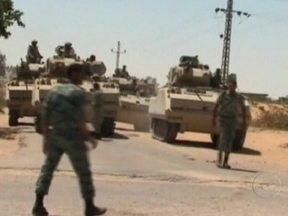 Soldados do Egito enfrentam grupos terroristas perto da fronteira com Israel - Vinte terroristas teriam morrido na região do Sinai. Domingo passado, grupos armados mataram 16 policiais egípcios num posto de fronteira. A região tem sido alvo de ataques de militantes palestinos da Faixa de Gaza, que usam a fronteira com o Egito.