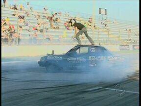 """Piloto quebra recorde de """"zerinho"""" no autódromo de Pinhais - Ele fez 36 voltas em cima do carro"""