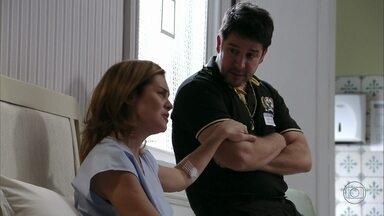 Carminha exige que Tufão a leve de volta para casa - Ela volta a pedir a ajuda de Muricy para sair da clínica. Tufão não consegue convencer o médico a dar alta para Carminha