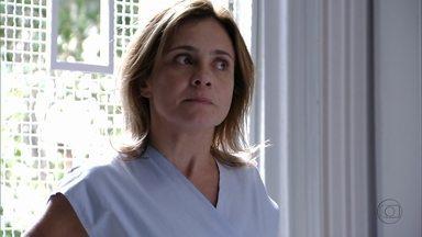 Carminha tenta ligar para Max - A megera pede ajuda a um enfermeiro, mas tem um ataque quando ele avisa que os pacientes não podem usar o telefone