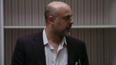 Dr. Guilherme descobre que Carminha fugiu - Nervoso, o médico não sabe como explicar a situação para a família de Tufão