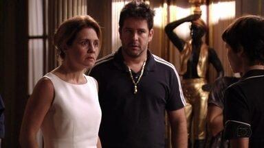 Carminha volta para casa - A megera maltrata Nina, e Tufão não sabe como lidar com a esposa. Leleco marca um encontro com Muricy