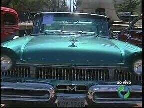 Carros antigos estão em exposição no centro de Maringá - Diversão e curiosidade pra família toda.