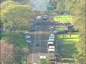Mais um dia de protesto na rodovia das Cataratas - Hoje é o terceiro dia que guias de turismo e taxistas bloqueiam a estrada. A manifestação é contra a proibição da entrada de carros no Parque Nacional.