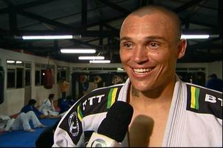Atacante do São Caetano treina MMA e pretende lutar quando pendurar as chuteiras - Leandrão promete não levar habilidades na luta para o campo.
