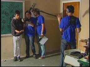 Projeto de cinema transforma estudantes em atores em Bauru, SP - Um grupo de estudantes de Bauru, SP, está vivendo uma experiência inesquecível. Os alunos escreveram uma redação que foi vencedora em um concurso. A escola estadual Azarias Leite se transformou em um set de filmagem.