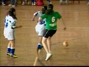 Jogos estudantis de Ituiutaba contam com mais jogadoras mulheres - A participação delas no futsal é 30% maior que nos últimos três anos, ou seja, cerca de 200 jogadoras a mais nas quadras.