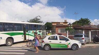 Acidente destrói muro de casa no bairro de Jardim Atlântico - Colisão envolveu um ônibus e uma caminhonete. Dona da casa diz que acidente aconteceu na hora em que ela costumava regar as plantas.