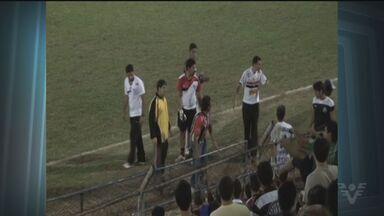 Jogo entre São Vicente e Tupã termina em confusão - Os jogadores e a comissão técnica do São Vicente foram agredidos pela torcida adversária, dentro do vestiário. Partida era válida pela Segunda Divisão do Campeonato Paulista.