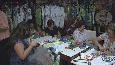 Alunos e amigos do projeto Tam Tam participam de desfile - As roupas foram feitas com retalhos e com muito amor pelas voluntárias do projeto de Santos.
