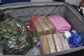 Homem é preso em flagrante após desembarcar com droga em São Luís - Um homem foi preso em flagrante, hoje (18), depois de desembarcar no aeroporto de São Luís com dez quilos de crack na bagagem. A pessoa que recebeu a droga também foi presa.