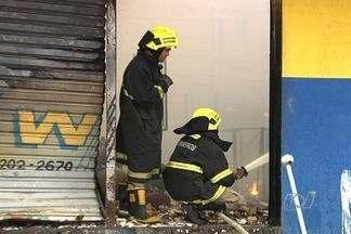 Incêndio destrói loja de parafusos na Avenida Anhanguera, em Goiânia - Fogo durou cerca de 2 horas, na tarde deste sábado (18), na Vila Morais.Estrutura do estabelecimento está abalada. Ninguém ficou ferido.