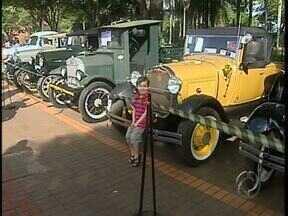 Carros antigos encantam quem passa pelo centro de Maringá - Eles estão em exposição em frente à Catedral.