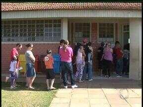Começa campanha de multivacinação. Postos ficaram cheios em Guarapuava - Posto de saúde de Guarapuava ficaram abertos neste sábado para as famílias colocarem vacinação em dia.