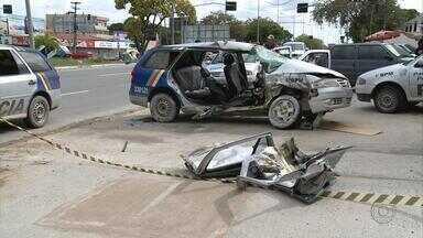 Van bate em carro da Polícia Militar e deixa dois policiais feridos gravemente - Com o impacto, os veículos rodaram na pista e a van caiu no canal. O carro da polícia ficou destruído, com a porta arrancada e os vidros quebrados.