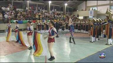 Talento surpreende público na competição de bandas e fanfarras de PE - No ginásio de esportes da Várzea, estudantes são avaliados pela música e desenvoltura artística.
