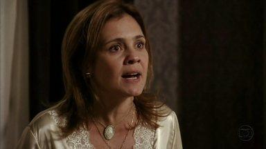 Carminha diz a Jorginho que foi Nina quem armou seu sequestro - O jogador não acredita nas acusações da mãe