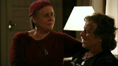 Max diz a Lucinda que está apaixonado por Nina - A catadora se preocupa com o filho