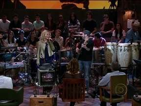 João Bosco faz um dueto inédito com Paula Toller - Cantores agitam a plateia do Altas Horas com 'Bijuterias'