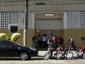 Um adolescente morre em tentativa de fuga na Fundação Casa em São Paulo - O corpo do jovem foi encontrado na quadra de uma escola ao lado da instituição, após a fuga na noite do último sábado (18). Outros cinco adolescentes conseguiram chegar à rua, pulando para um prédio vizinho. Nenhum deles foi recapturado.