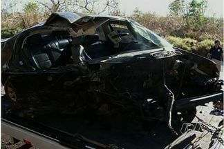 Acidente provoca congestionamento de 10 km na BR-153, em Porangatu - Segundo a PRF, motorista alcoolizado colidiu de frente com caminhão. Carreta carregada com 14 toneladas de sal mineral tombou na pista.