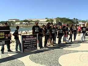 Parentes de acusados pela morte da juiza Patrícia Aciioli fazem protesto - Vestidas de preto, as famílias levaram faixas para a orla de Copacabana. Elas reclamam porque dizem que não há provas contra os policiais que foram presos.