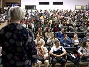 Alunos da UnB retomam aulas depois de 89 dias de greve dos professores - Aos poucos, estudantes e professores foram chegando ao campus da UnB na manhã desta segunda-feira (20). Um novo calendário foi montado e será apresentado na próxima quinta-feira (23). Segundo a proposta, o semestre deve ir até outubro.