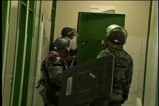 Presos fogem do 33º Distrito Policial no Bairro das Goiabeiras, em Fortaleza - Para fugir os presos cortaram as grades da cela e fugiram. Um fugitivo já foi encontrado