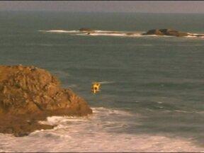 Corpo de estudante brasileiro desaparecido é encontrado na Nova Zelândia - Felipe Melo e um amigo caíram no mar quando escalavam uma pedra há 13 dias. Um dos instrutores pulou na água para tentar salvá-los e também desapareceu. O instrutor e o amigo continuam desaparecidos.