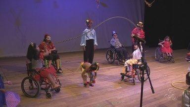 """Grupo de teatro reúne jovens especiais em Manaus - O grupo de teatro é composto por criançaAdolescentes e adultos com deficiência participaram d o espetáculo """"Nada nos impede de ser feliz"""""""