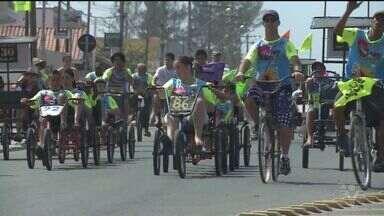 Grupo de ciclistas se reúnem em Ilha Comprida para passeio - Os participantes concorreram ao prêmio de bicicletas mais enfeitada e enferrujada.