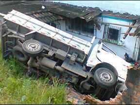 Motorista perde controle e caminhão atinge edifício em Campinas de Pirajá - O veículo desceu uma rampa e invadiu parte do local onde moram pessoas. Apenas o motorista teve ferimentos leves.