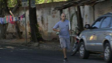 Bairro Papicu, em Fortaleza, vive 'onda de assalto', dizem moradores - CETV flagra, durante reportagem, homem que fugiu de tentativa de assalto.