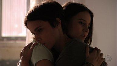 Nina teme pela vida de Tufão - Ela confessa para Betânia que não tem coragem de usar as fotos contra Carminha e acabar repetindo a tragédia que vitimou Genésio