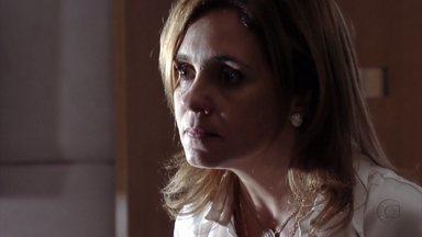 Carminha tenta alertar Max contra Nina - A megera conta que foi chantageada por Nina