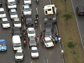 Engavetamento complica trânsito da Avenida Brasil na manhã desta terça (28) - Foram dois caminhões e nove carros envolvidos no acidente, na altura da Vila Kennedy. As pistas estão fechadas, formando um grande congestionamento. Uma boa opção para os motoristas que deixam a Zona Oeste é a Linha Vermelha.