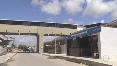 População reclama de demora nas obras do terminal de Cajueiro Seco - O Terminal de Integração fica em frente à estação do metrô, mas quem precisa de ônibus tem que caminhar até a rodovia porque, com as obras, os coletivos não param no terminal.