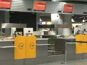 Funcionário da Lufthansa são convocados a entrar em greve nesta sexta-feira (7) - Todos os tripulantes foram convocados a fazer uma paralisação de 24 horas. Na greve parcial desta terça (4) mais de 300 vôos foram cancelados, deixando 43 mil passageiros no solo. Aeroportos de Frankfurt, Berlim e Munique foram os mais prejudicados.