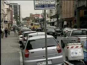 Motoristas de Joinville reclamam da falta de conferentes nas ruas do Centro - No fim da tarde desta terça, o trânsito será alterado em Florianópolis em função do jogo do Avaí na Ressacada.