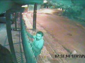 Condomínio é invadido por assaltante pela 4ª vez em Salvador - Para chamar a atenção, moradores divulgaram na internet as imagens captadas por câmeras de segurança do condomínio.