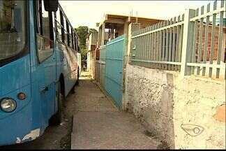 Após morte de motorista, colegas denunciam falta de estrutura dos ônibus da Grande Vitória - Motorista morreu esmagado ao tentar parar ônibus, em Cariacica.