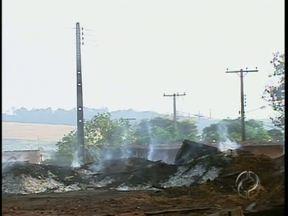 Incêndio destrói madeiras numa fábrica de móveis em Sarandi - Bombeiros conseguiram impedir que o fogo que começou no pátio atingisse o barracão onde funciona a fábrica