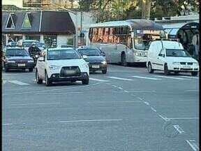 Motoristas não respeitam a sinalização em cruzamentos perigosos - A imprudência pode causar acidentes